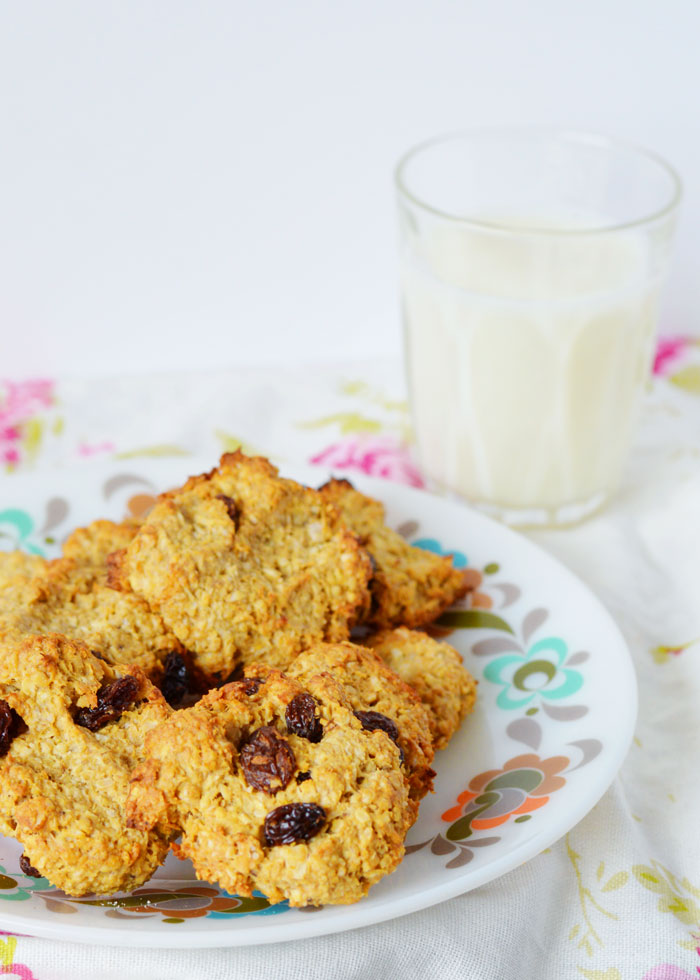 Laura from wholeheartedly healthy shares her kid-friendly Oat Cookies recipe! http://mumsdays.com/oat-cookies-with-coconut/